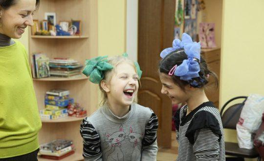 Волонтеры научили детей играм на внимание